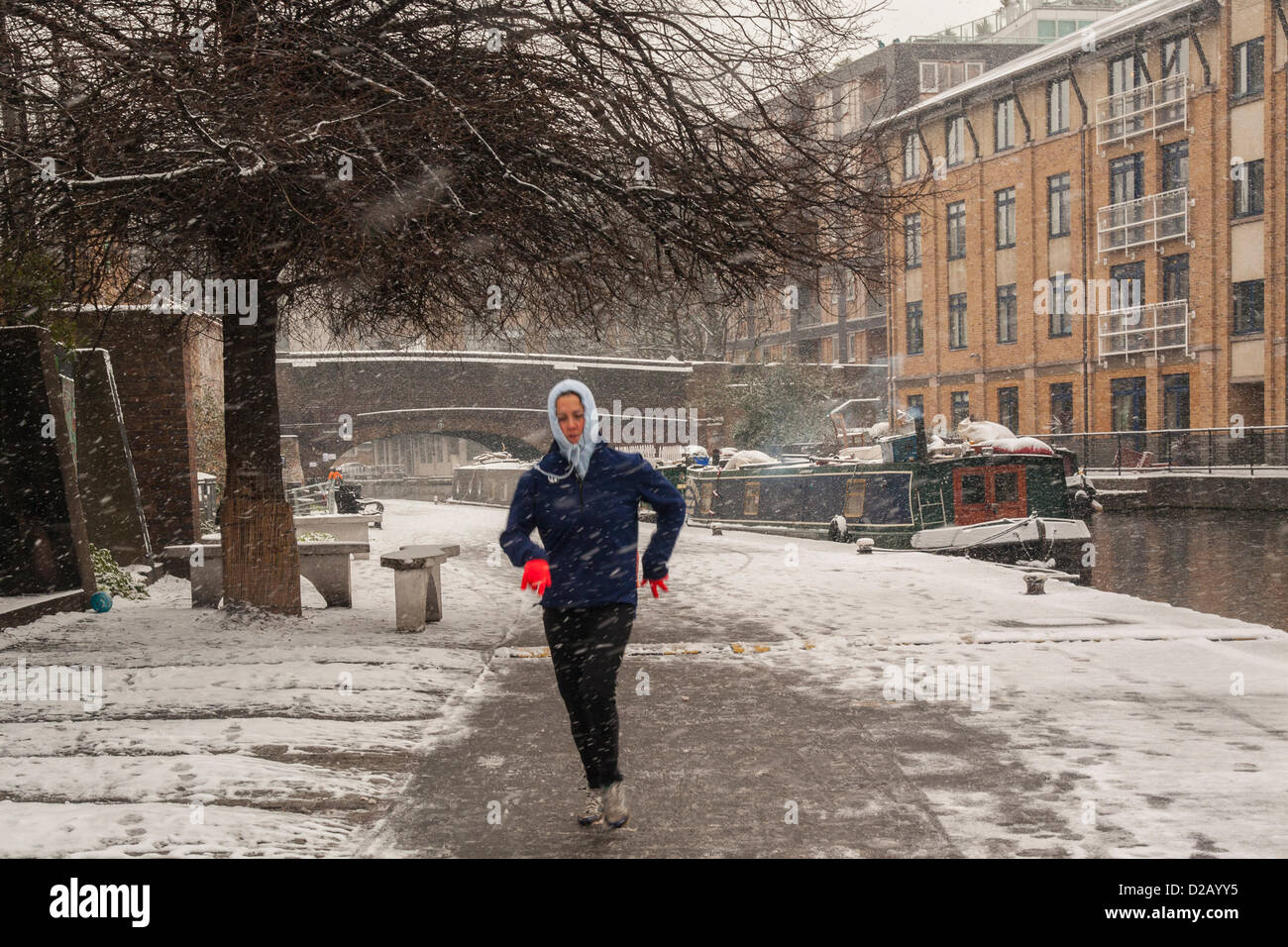 London, UK. 18th January 2013. Jogger braves the freezing temperatures along Regent's Canal, Central London, - Stock Image