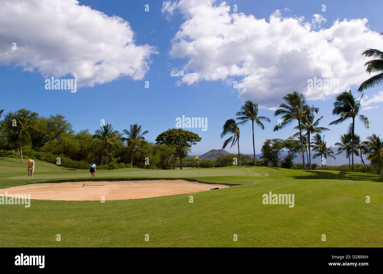 Couple On Green At Exclusive Wailea Gold Course Hole #18 In Maui, Hawaii - Stock Image