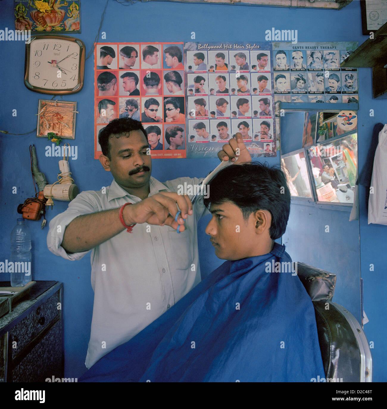 A Barber Cutting Hair. Mumbai, India Stock Photo - Alamy