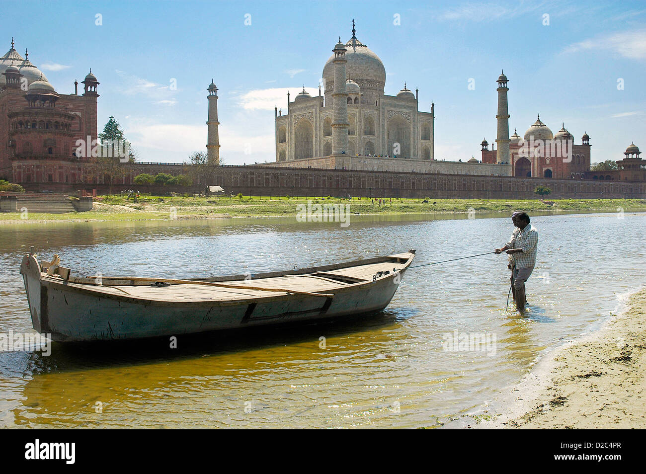 Boatmen Tows His Boat To The Shore Of The River Yamuna Flowing Besides The Taj Mahal , Agra, Delhi, India - Stock Image