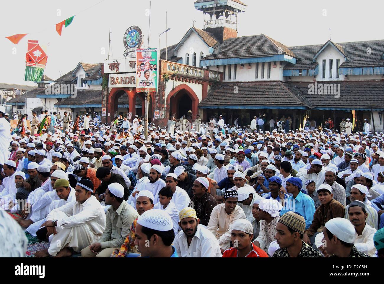 Muslims Sitting For Namaz On Id-Ul-Fitr Or Ramzan Id At Bandra Station, Bombay Mumbai, Maharashtra, India - Stock Image