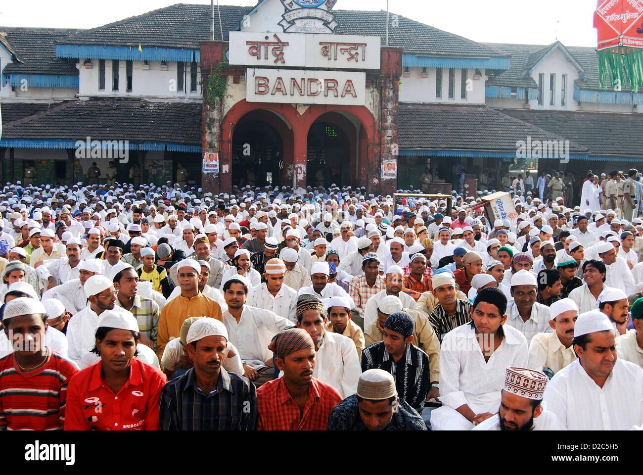 Muslims Sitting For Namaz On Id-Ul-Fitr On Ramzan Id At Bandra Station, Bombay Mumbai, Maharashtra, India - Stock Image