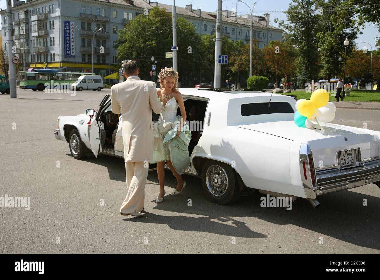 Gomel, Belarus, Hochzeitsgaeste rise from a rented limousine - Stock Image