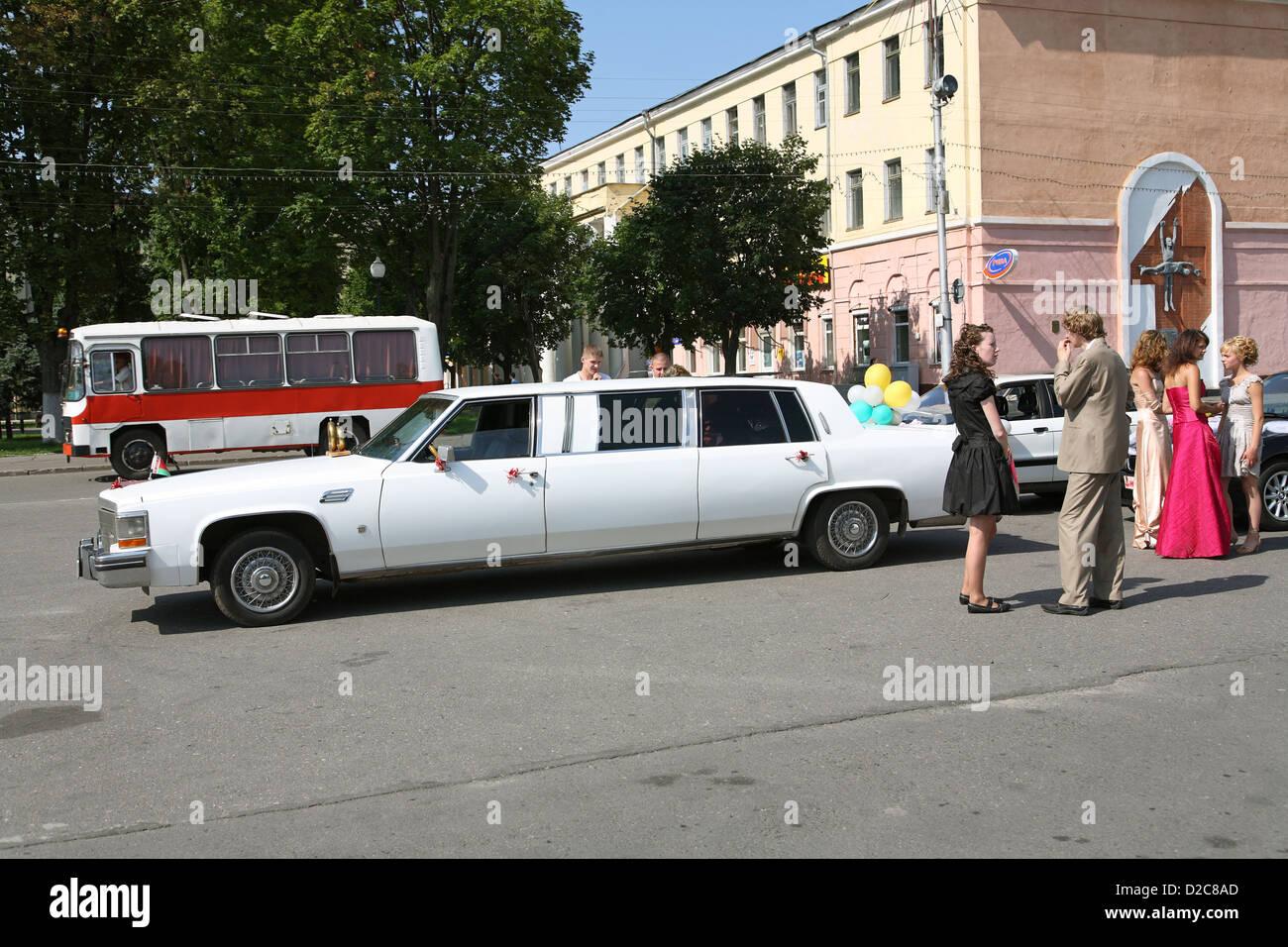 Gomel, Belarus, Hochzeitsgaeste with a rented limousine - Stock Image