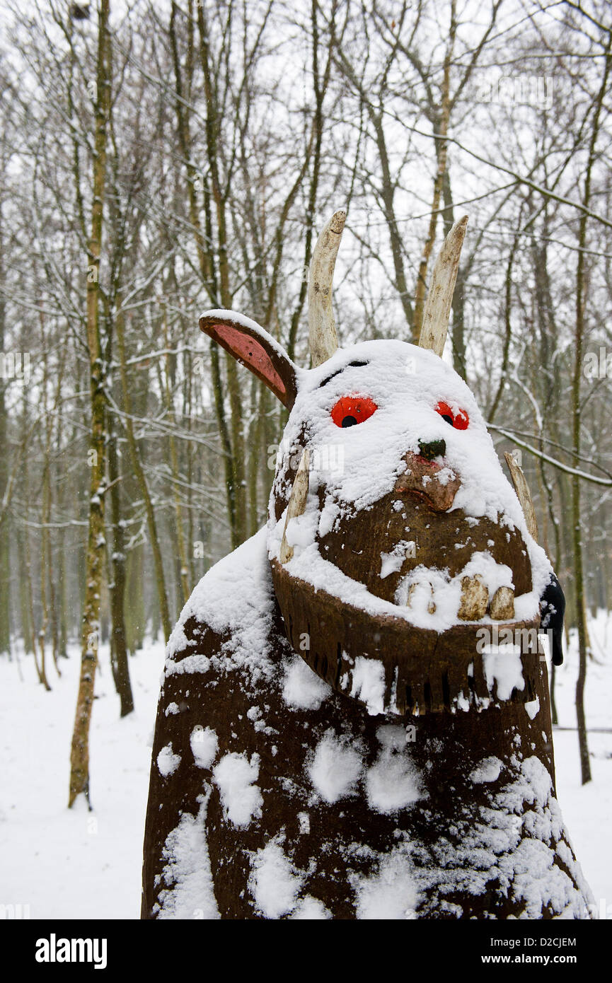 Thorndon Park the popular tree sculpture, The Gruffalo, patiently endures being the target of snowballs.  Major - Stock Image