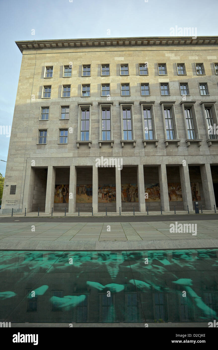 Federal Ministry of Finance, Previously the Ministry of Ministries (Soviet era) foreground memorial to the 1953 Stock Photo