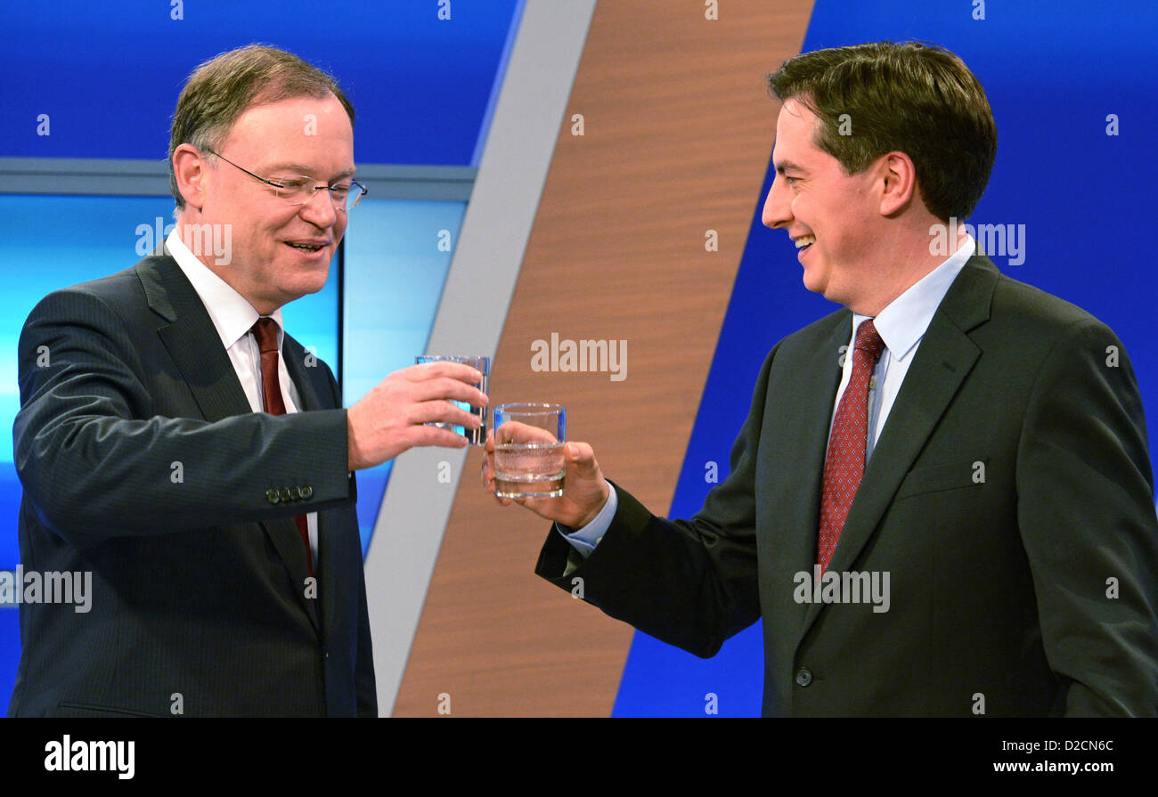 Lower Saxony's Premier David McAllister (CDU, R) shakes hands with the SPD'S top candidate for Lower Saxony's - Stock Image