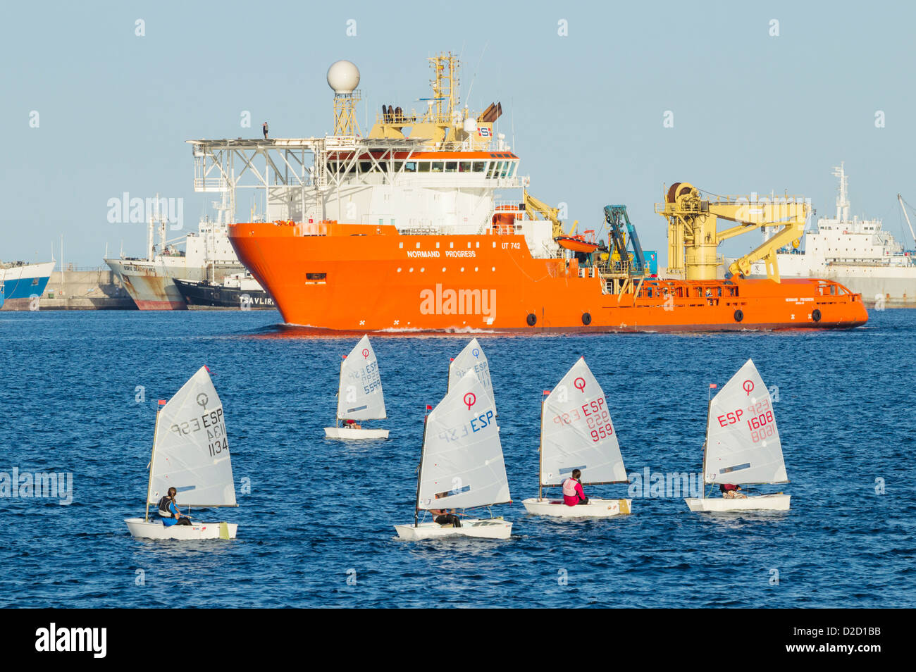 Optimist dinghies sailing in Las Palmas port on Gran Canaria - Stock Image