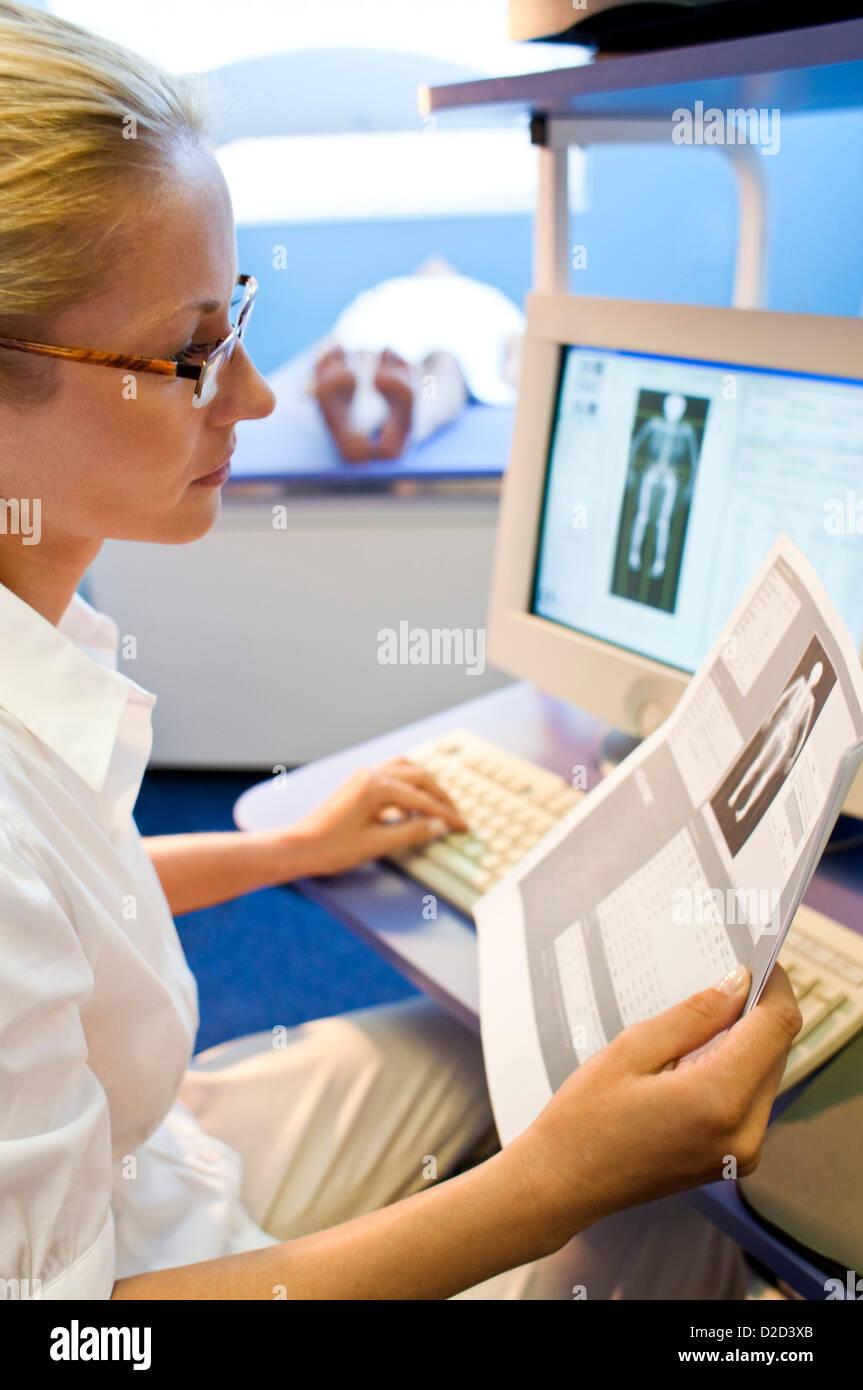 MODEL RELEASED Bone density scan - Stock Image