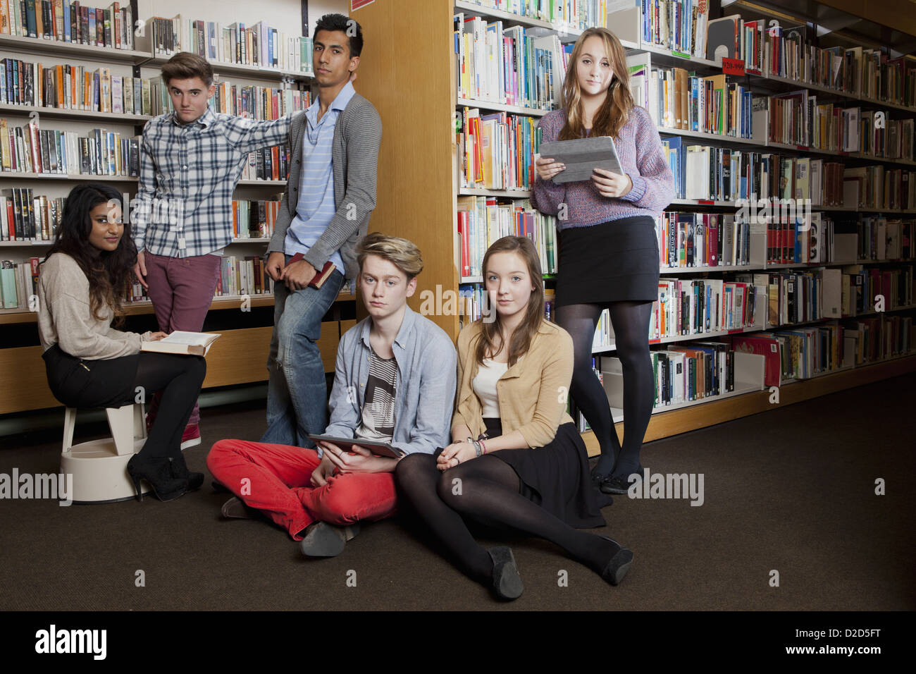 Students reading in library - Stock Image