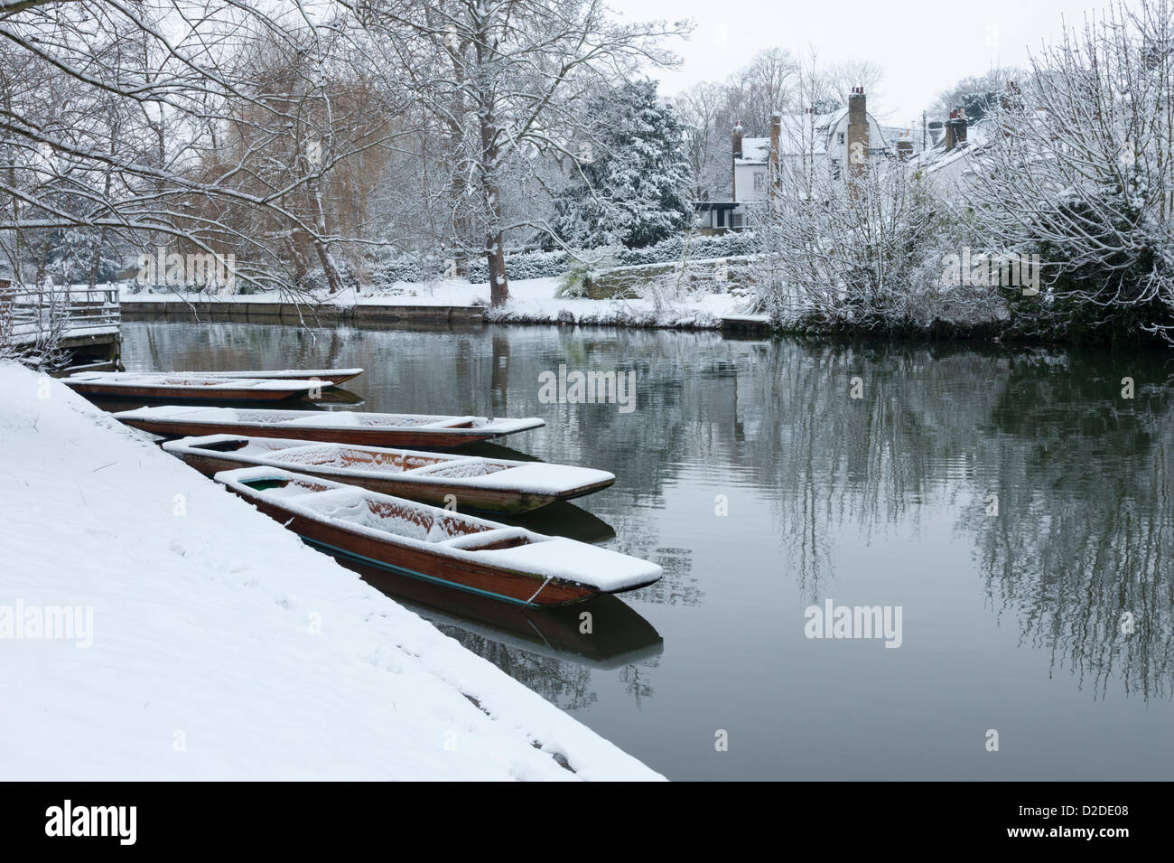 Cambridge, UK. 21st January, 2013. Punts are covered in snow on the River Cam in Cambridge. Further snow fell overnight Stock Photo