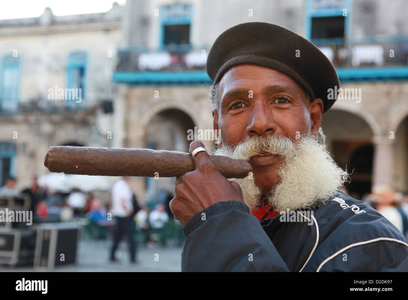6339dfe66 Cuban man smoking a cigar Stock Photo: 53160947 - Alamy