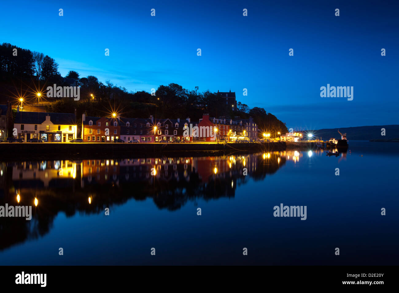 Tobermory harbour by night, Isle of Mull, Scotland. - Stock Image