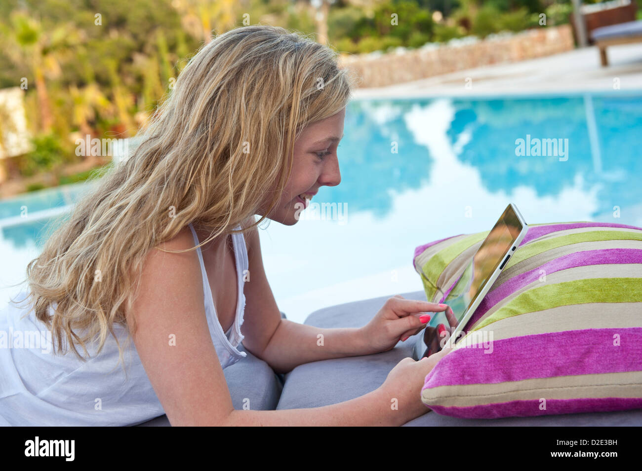 IPAD STREAMING DOWNLOAD iTunes FaceTime 4g abroad Teenage girl using