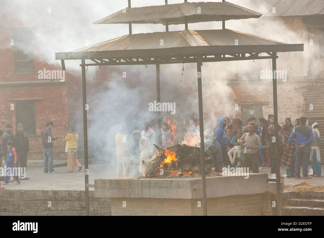 A Hindu funeral at Pashupatinath Temple, a Hindu temple of Lord Shiva located on the banks of the Bagmati River - Stock Image