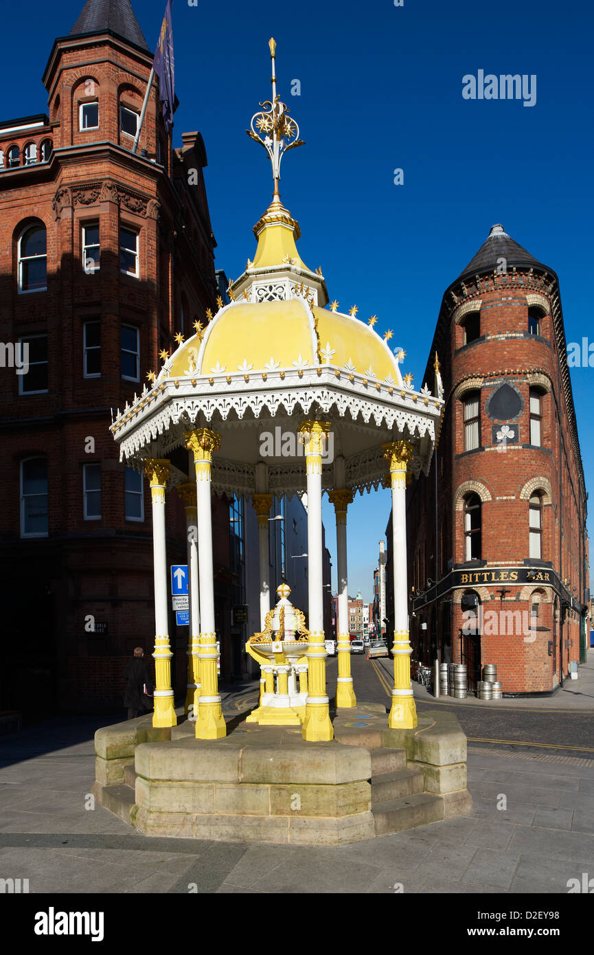 The Jaffe fountain with Bittles Bar, Victoria Street, Belfast, Northern Ireland - Stock Image