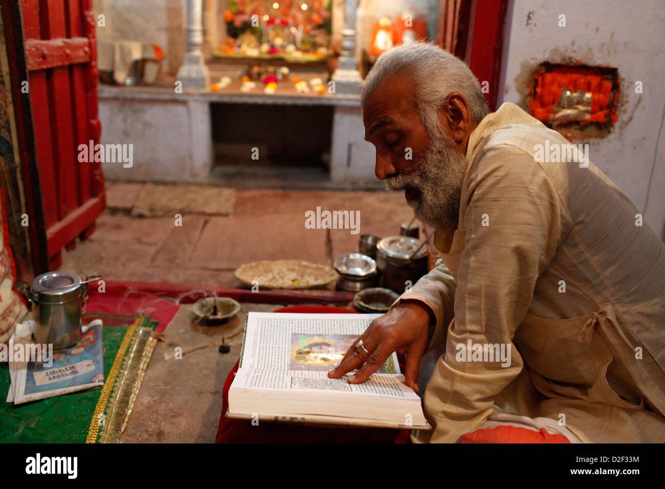 Mathura temple priest reading the Mahabharata . Mathurai. India. - Stock Image