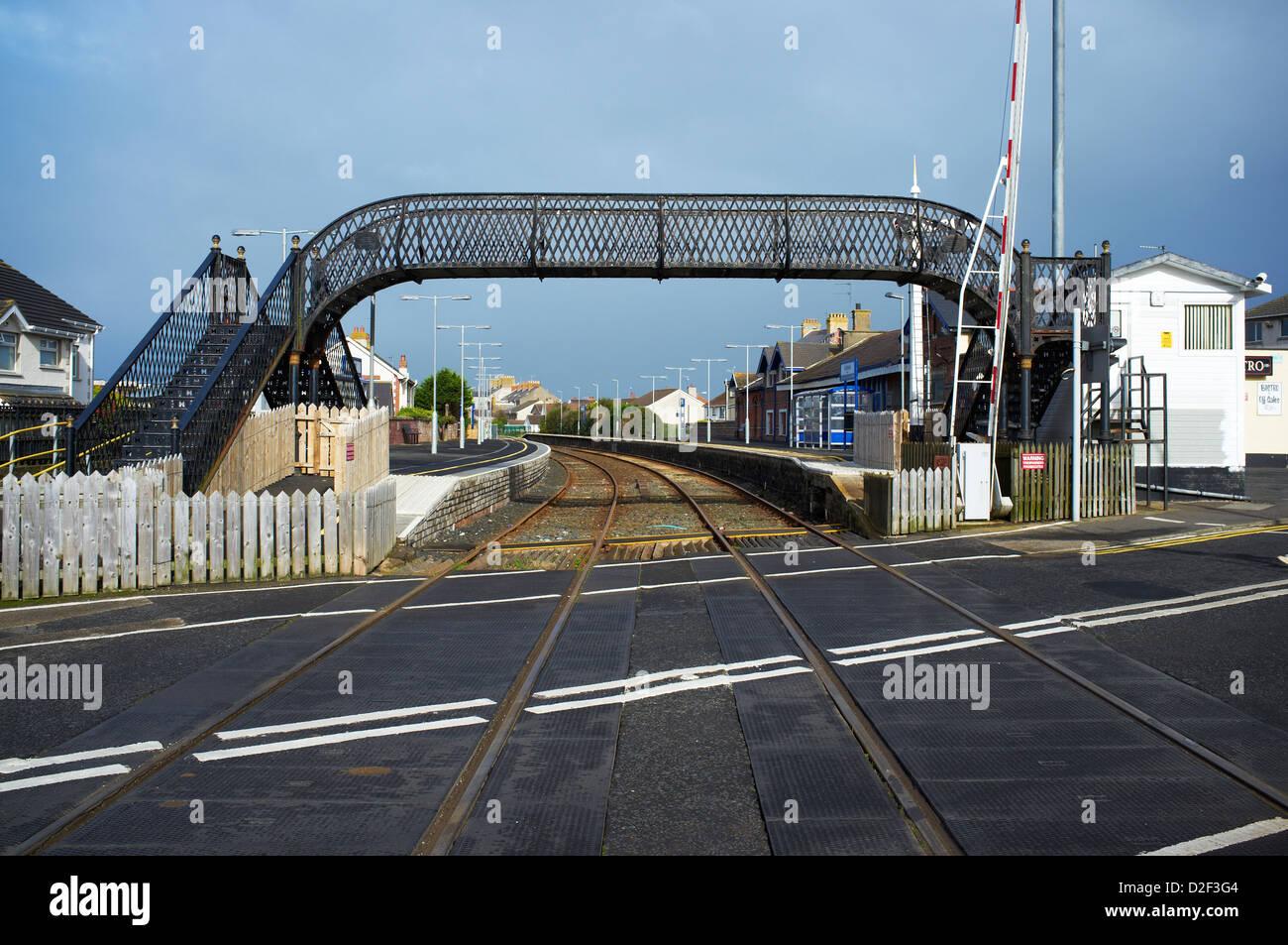 Level crossing at Castlerock train station and passenger footbridge - Stock Image