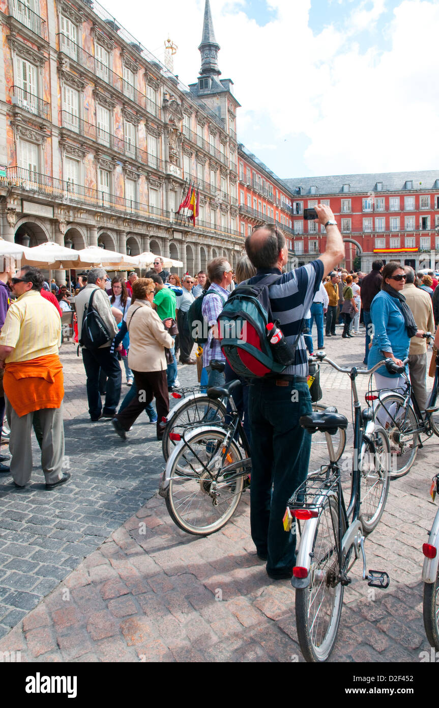 Man taking photos at the Main Square. Madrid, Spain. - Stock Image