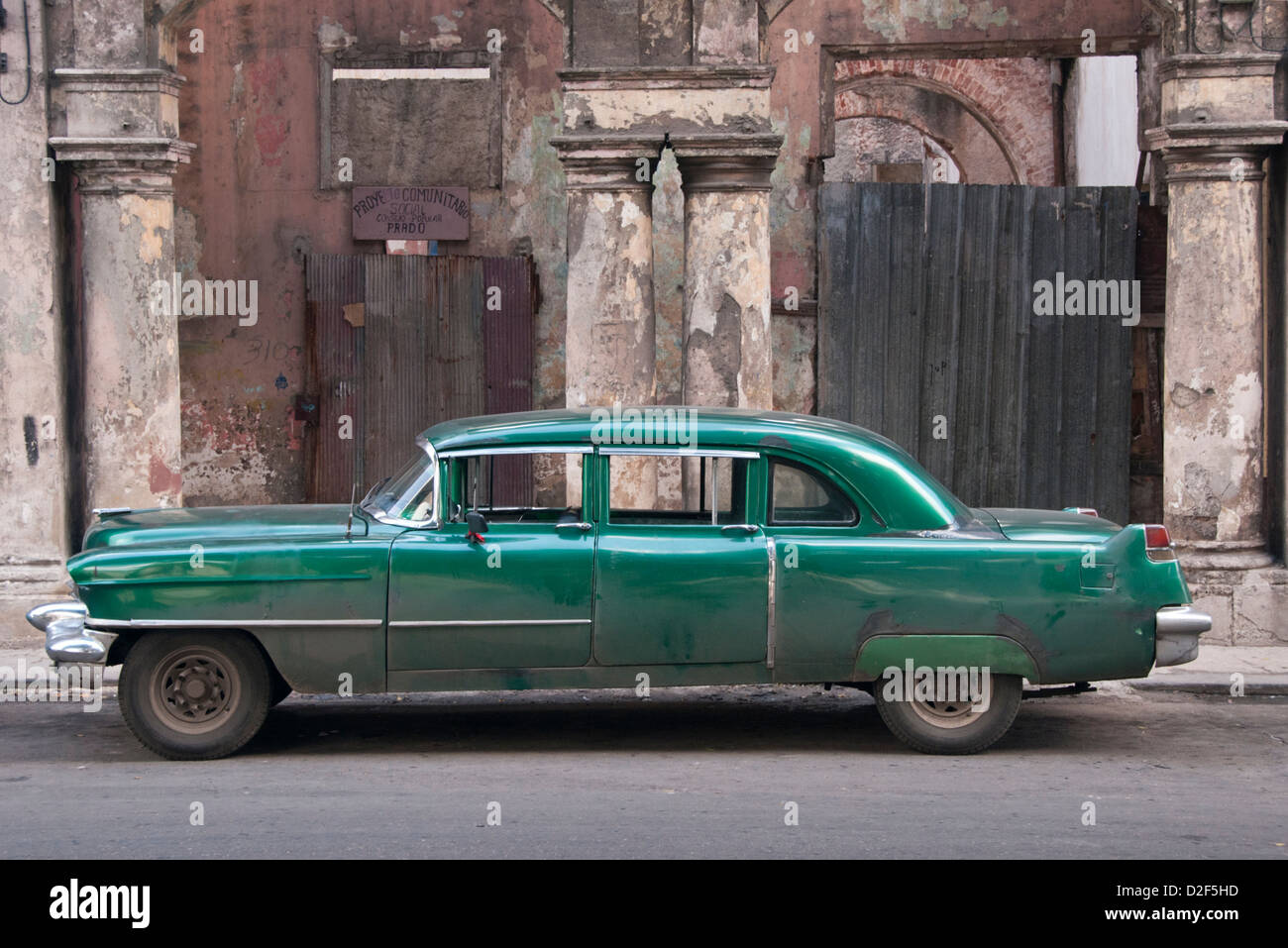 Old American 1950s Classic Car in front of Dilapidated Buildings, Paseo del Prado, Centro Habana, Havana, Cuba - Stock Image