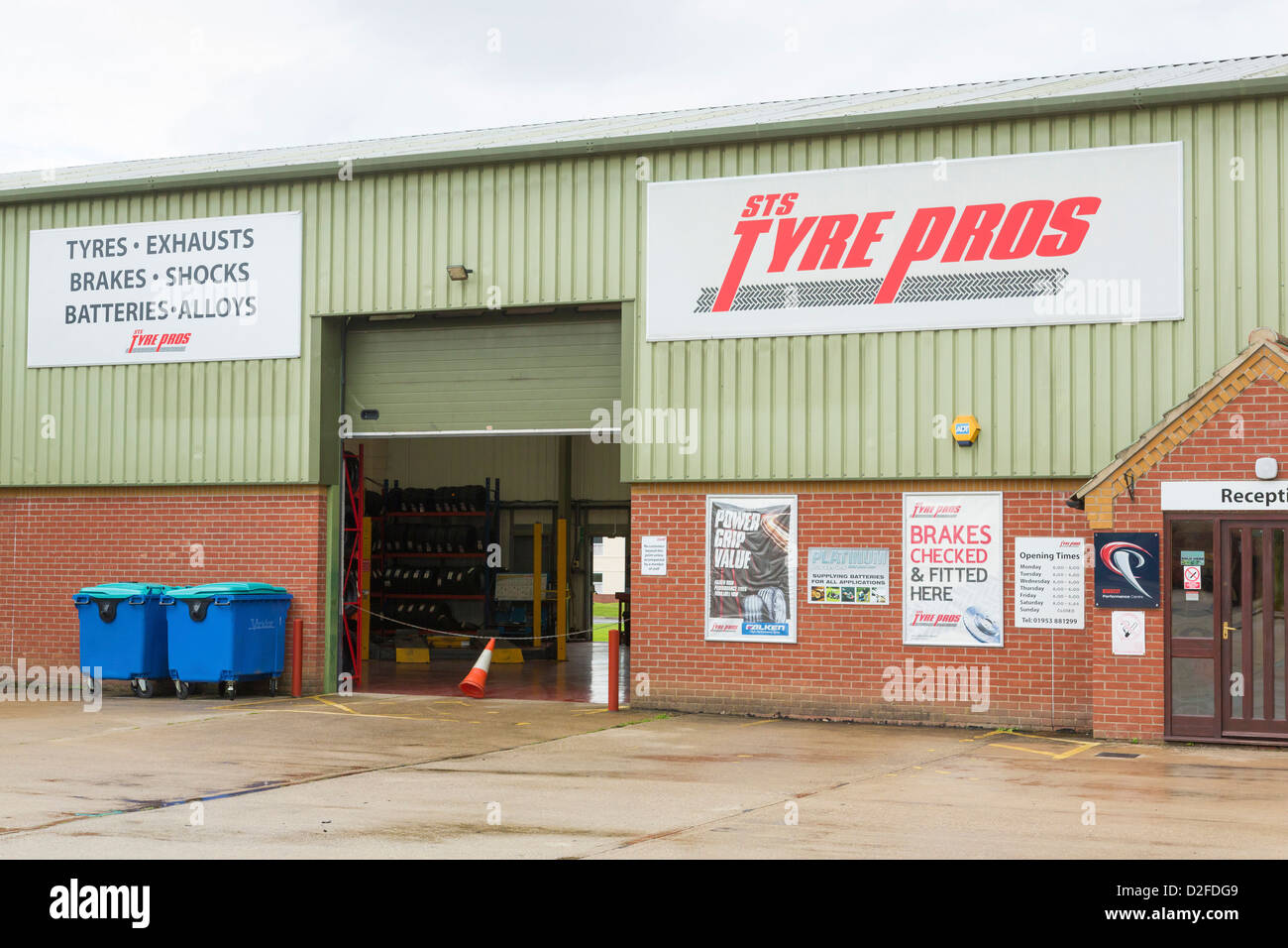 STS Tyre Pros - tyre and exhaust fitting garage workshop - Stock Image
