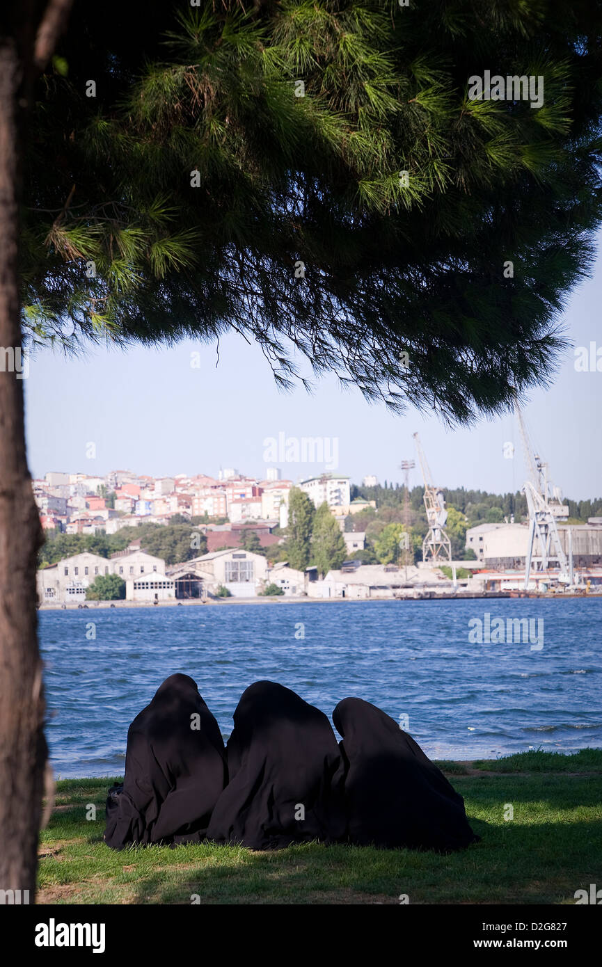 ISTANBUL:  During good wheather people love to spend their time along the shore of the Golden Horn, swim, eat fish - Stock Image