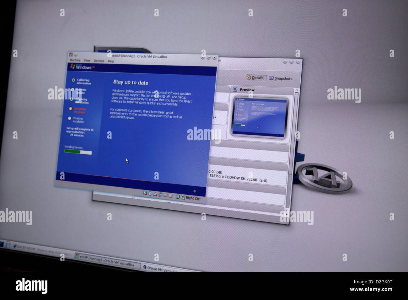 Installing Windows XP operating system inside Oracle Virtual Box on a Linux Mint 14 computer - Stock Image