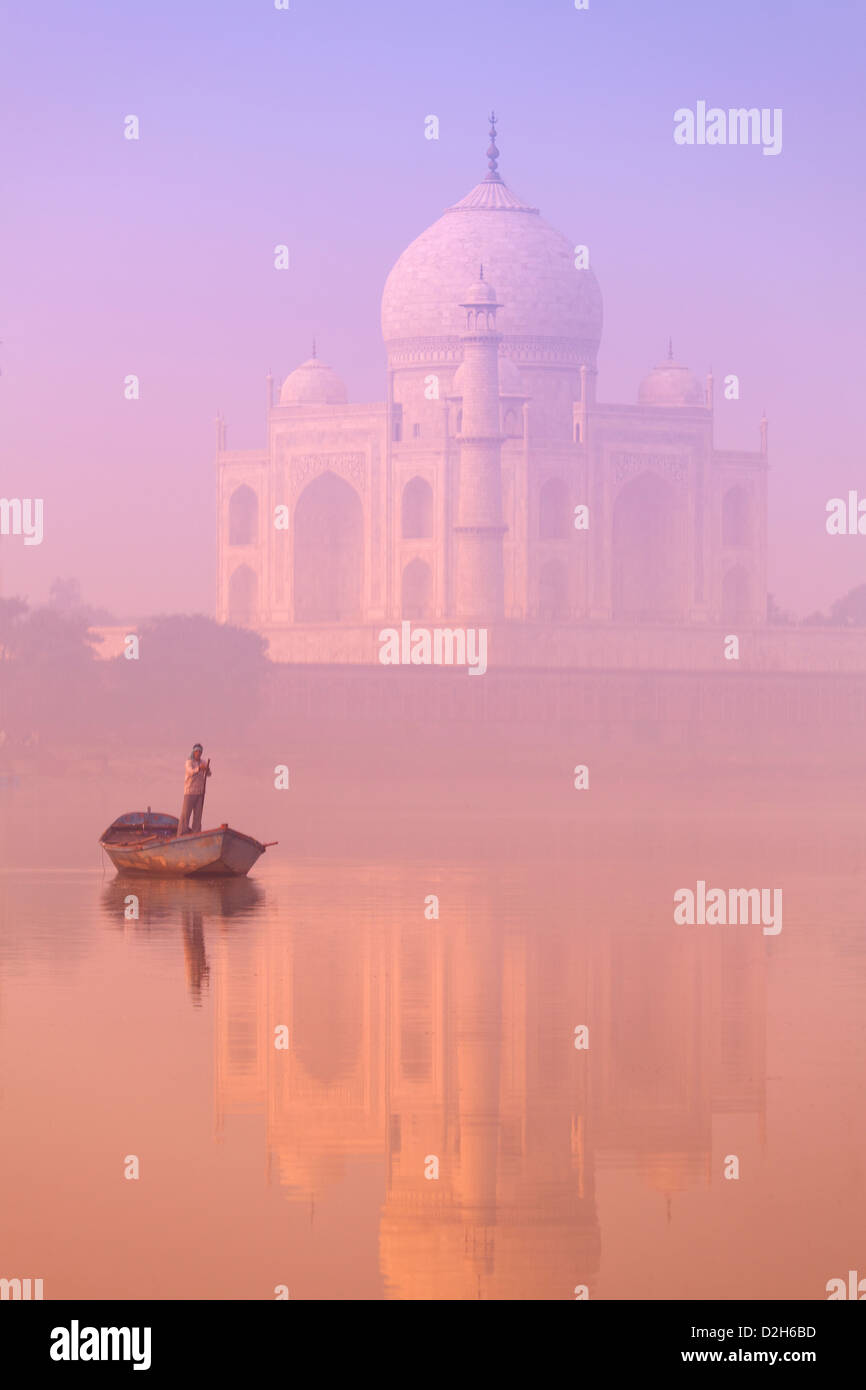India, Uttar Pradesh, Agra, Taj Mahal and boatman on River Yamuna at dawn - Stock Image