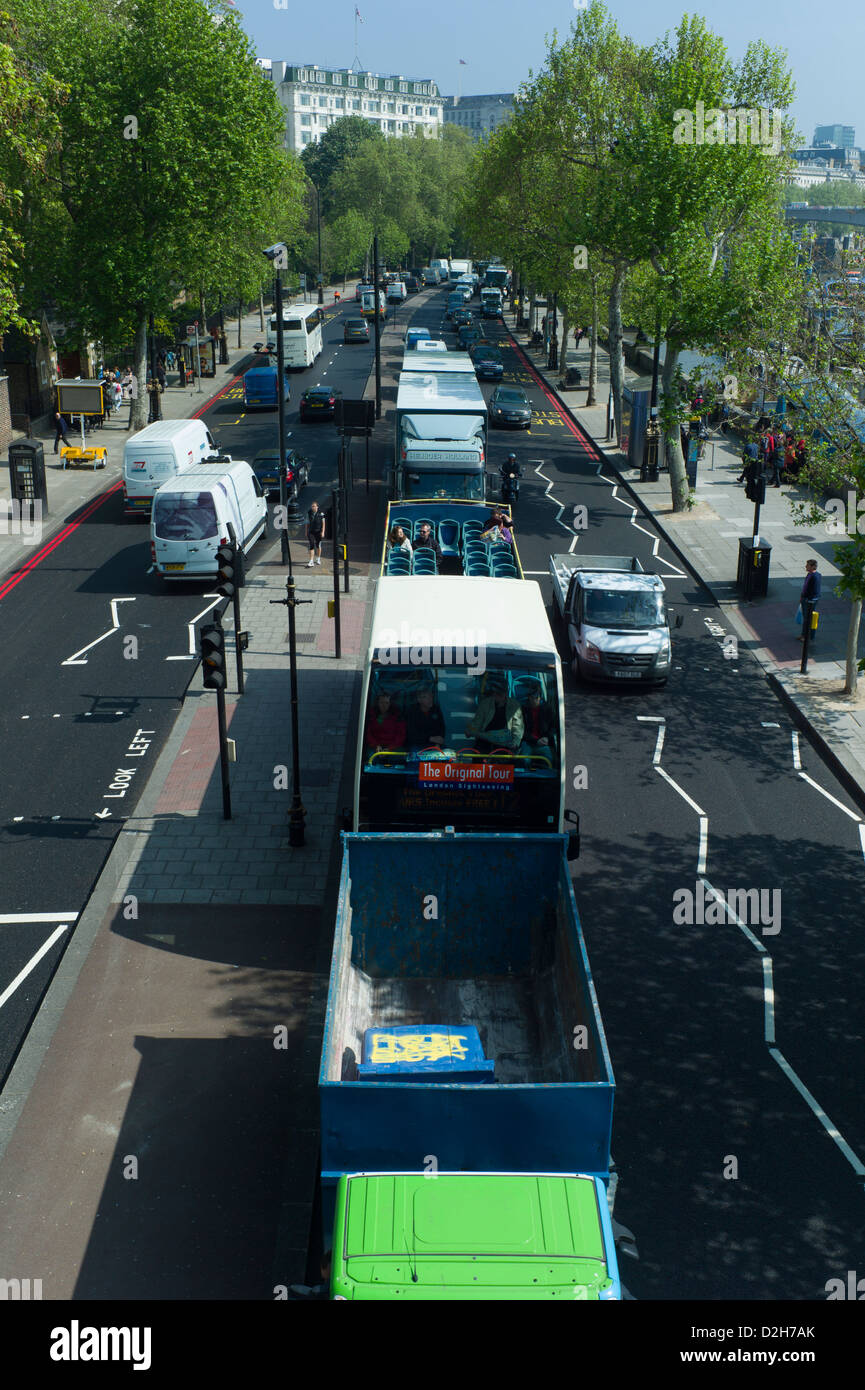 England London Embankment. VIew from Hungerford Bridge looking down at road traffic on Embankment - Stock Image