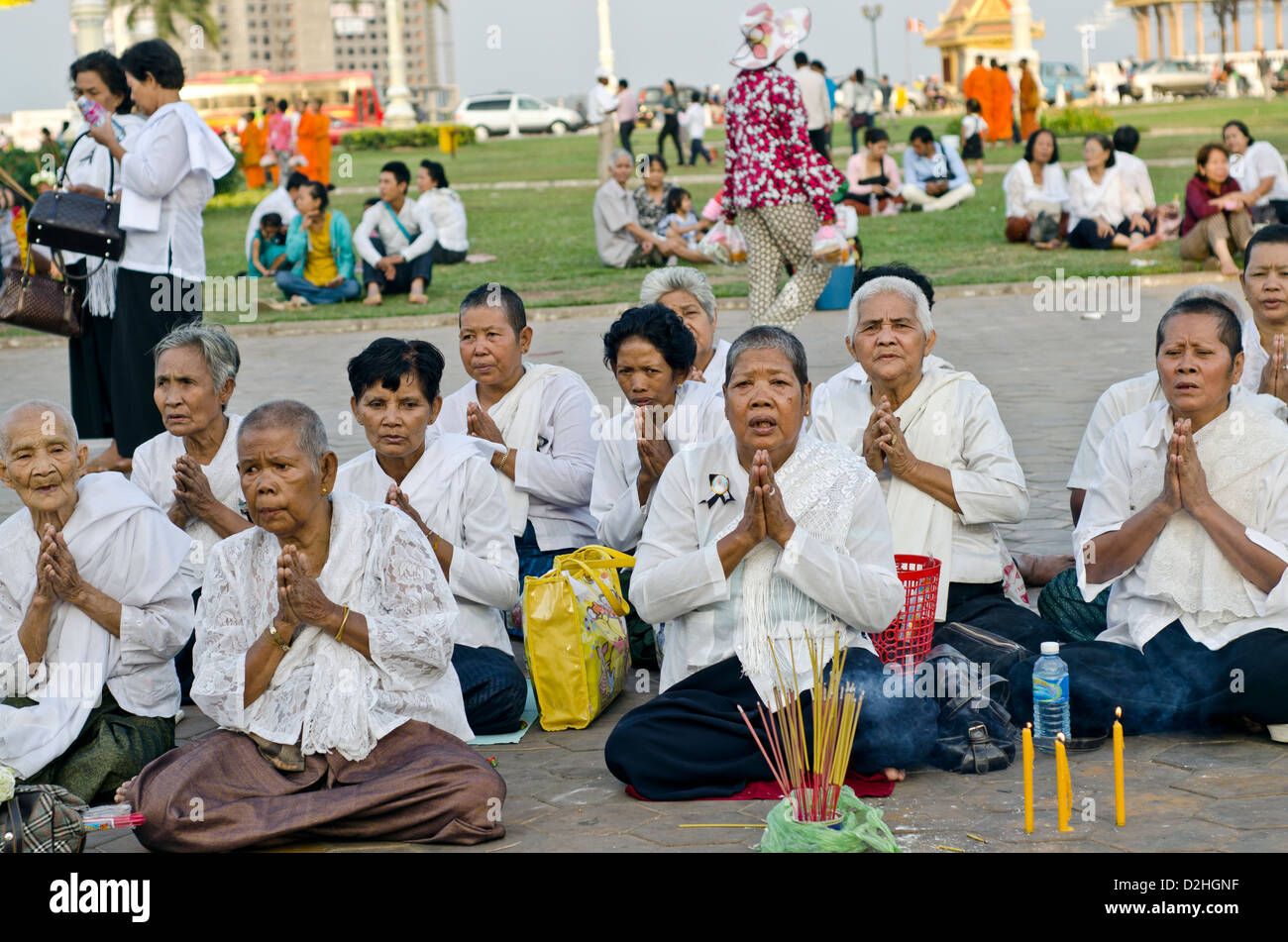 People mourn the late king Norodom Sihanouk in front of the Royal Palace in Phnom Penh Stock Photo