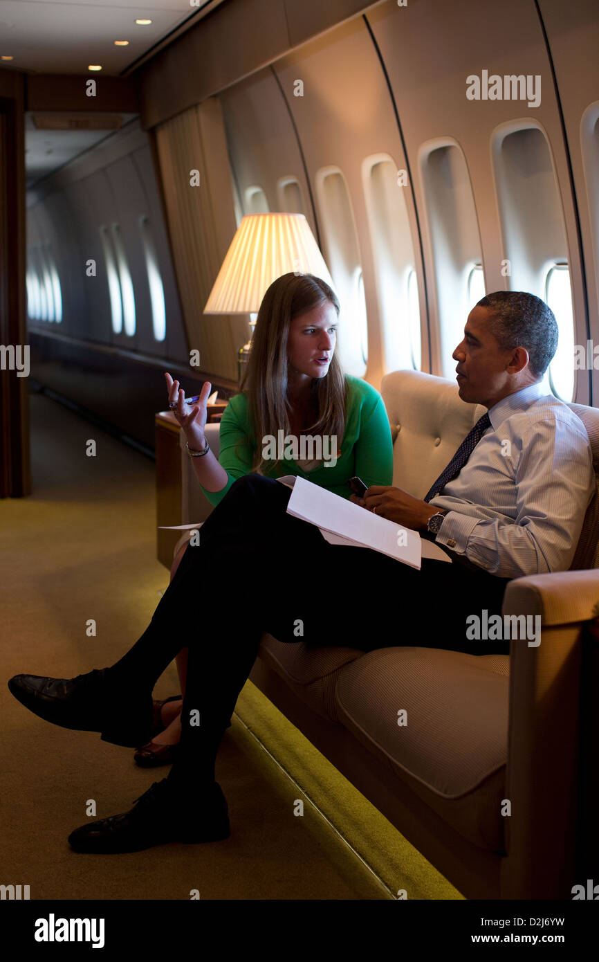 President Barack Obama talks with speechwriter Laura Dean aboard Air Force One during a flight from Seattle, Washington - Stock Image