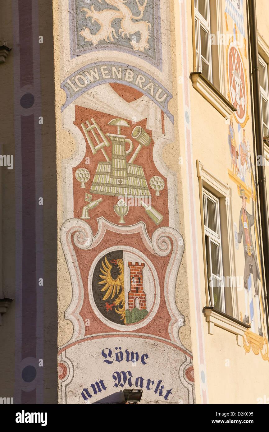 Murals on side of Lowe am Markt restaurant in Dreifaltigkeitsplatz next to Viktualienmarkt. - Stock Image