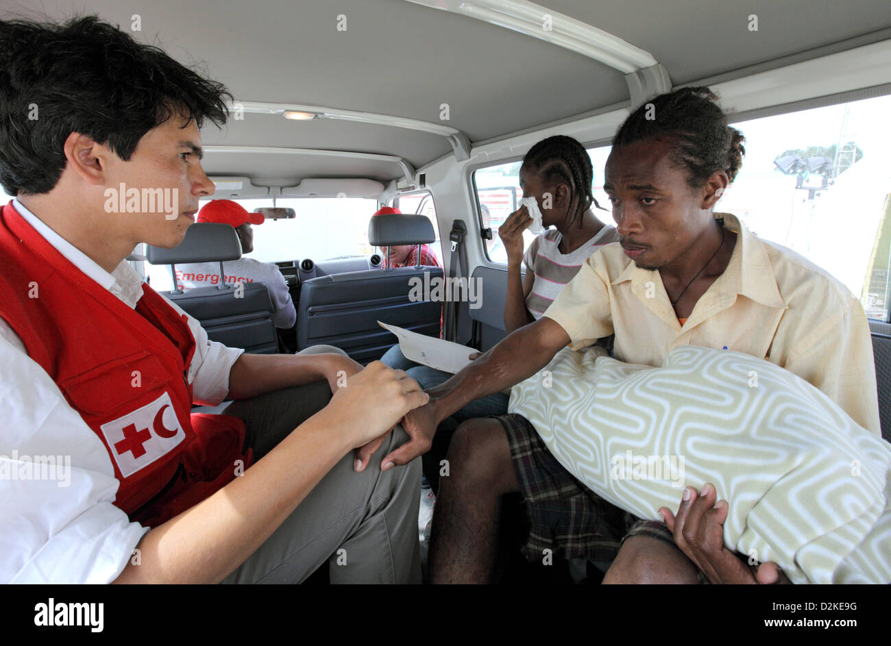 Carrefour, Haiti, social workers of the Red Cross accompanied parents with her dead child - Stock Image