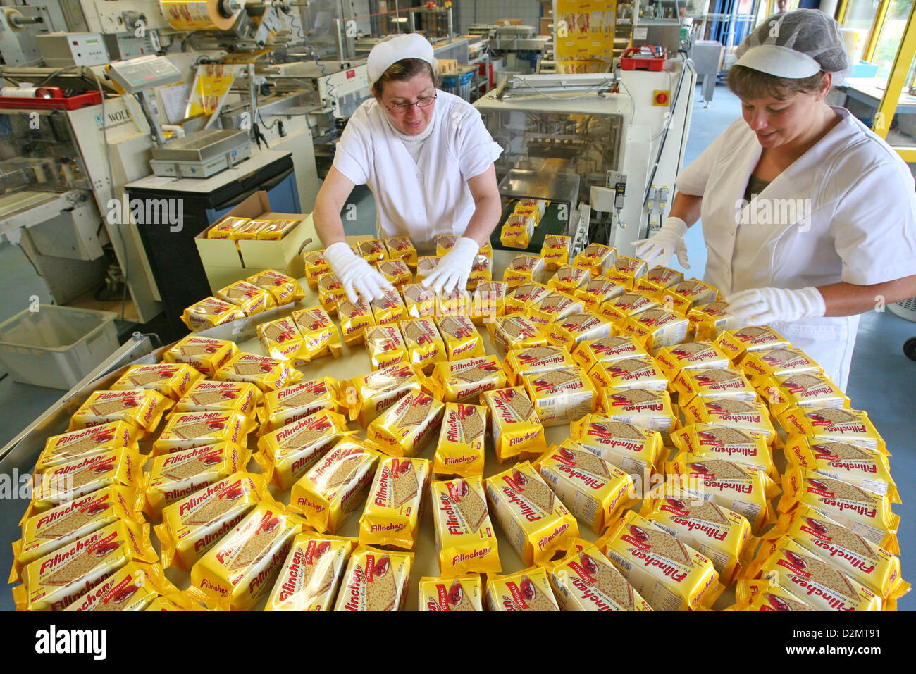 Employees Uta Chojnacki (l) and Nancy Holzhäuser prepare Filinchen packages for dispatch at Gutena GmbH in - Stock Image