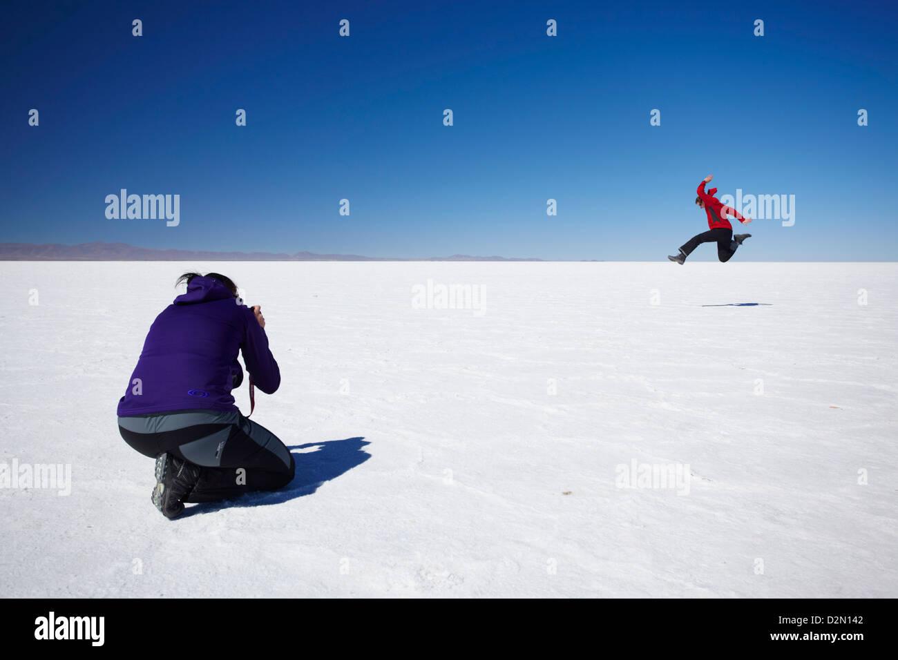 Couple taking photos on Salar de Uyuni (Salt Flats of Uyuni), Potosi Department, Bolivia, South America - Stock Image