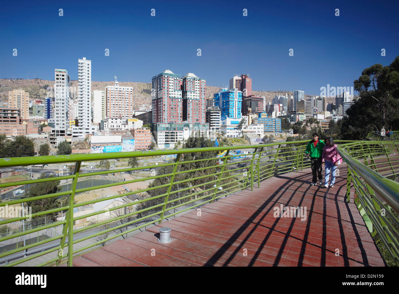 People on footbridge with view of downtown La Paz, Bolivia, South America - Stock Image