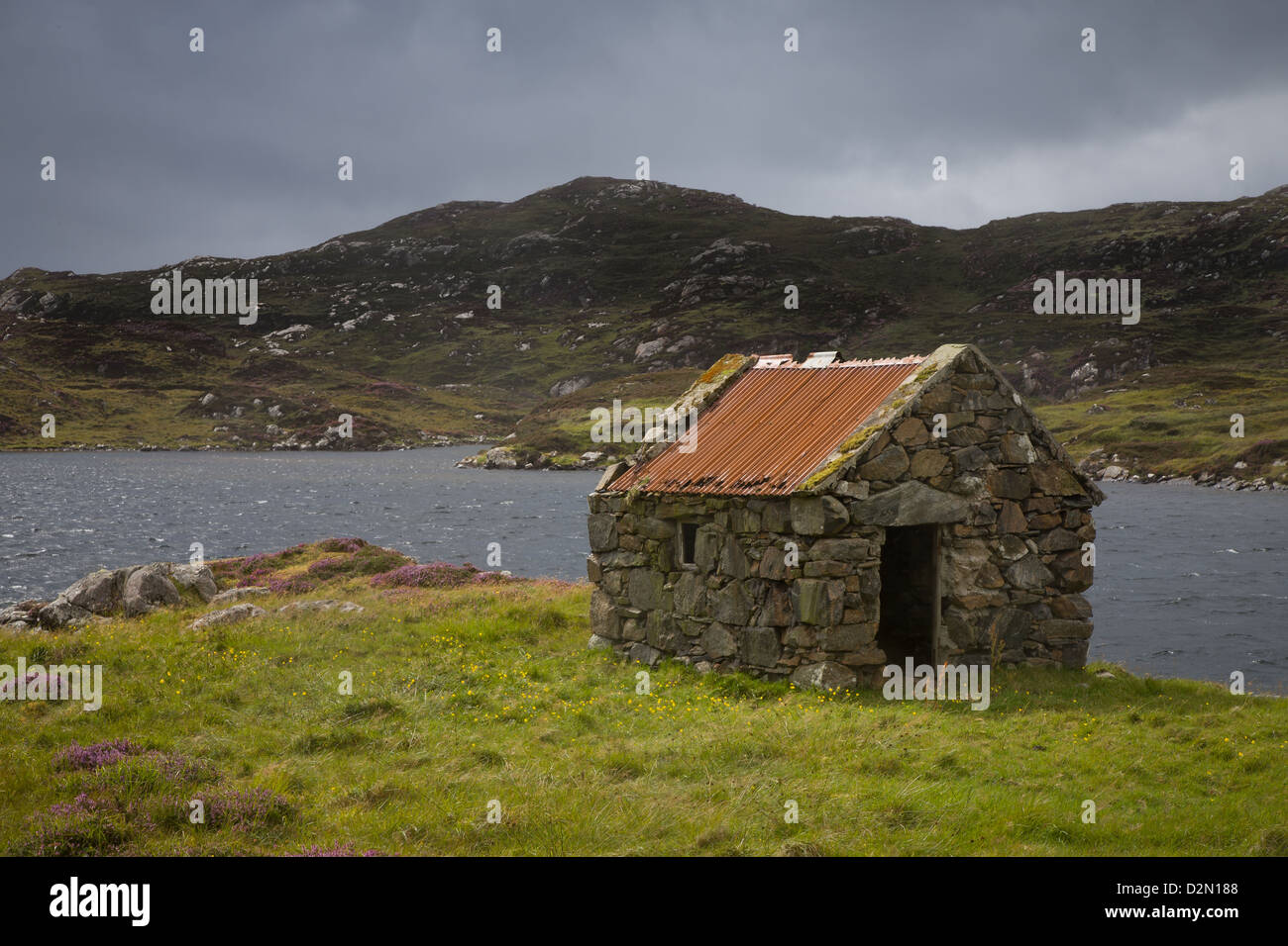 Crofters Hut next to a Loch in the Outer Hebrides - Stock Image