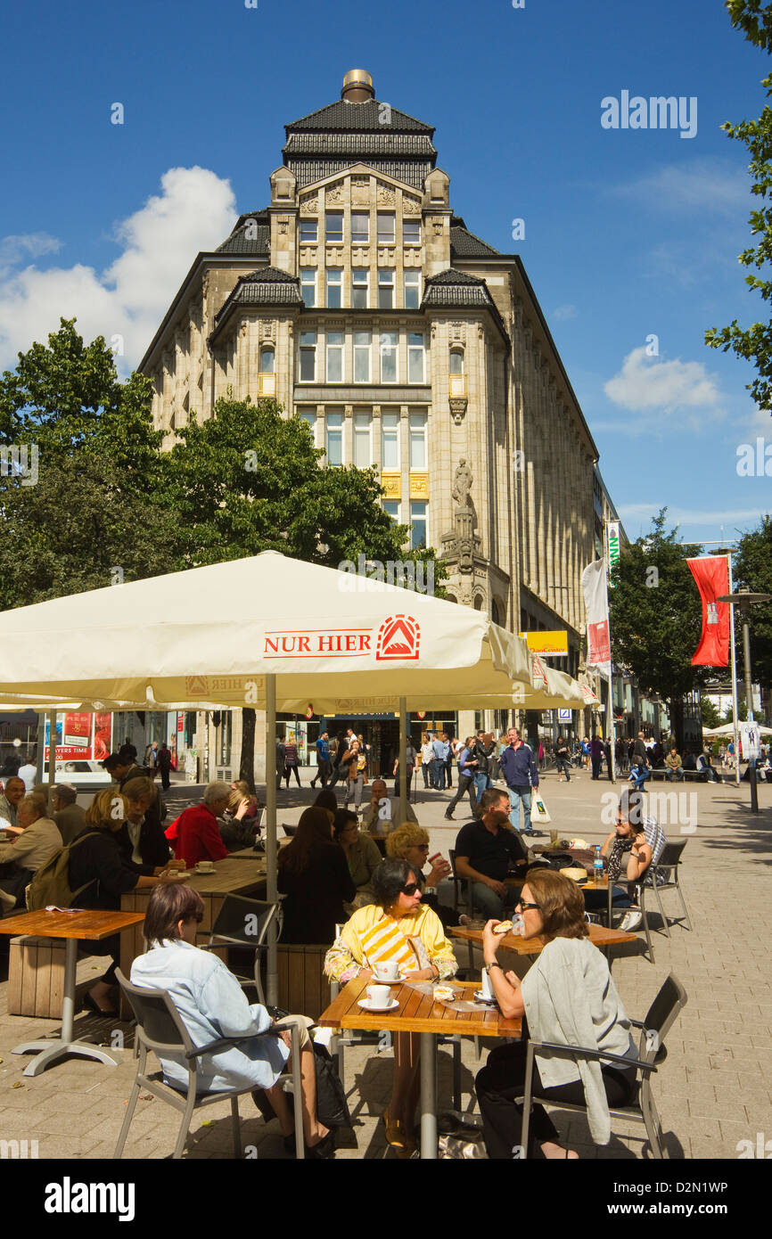 People outside cafe on Barkhof where Spitalerstrasse and Moenckebergstrasse meet in the city's shopping heart, - Stock Image