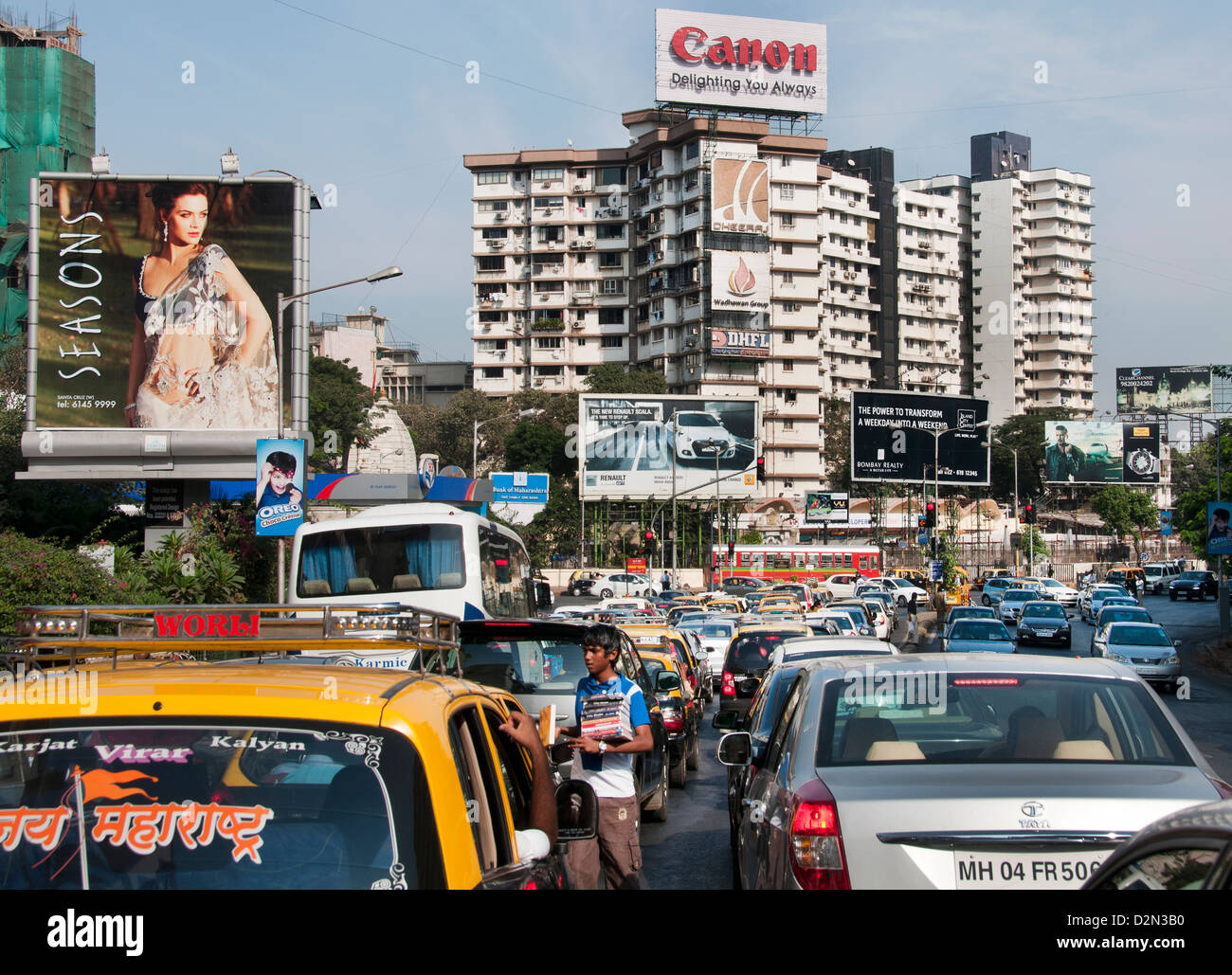 child labor The Suburbs Bandra Mumbai ( Bombay ) India Modern Architecture Traffic Jam - Stock Image