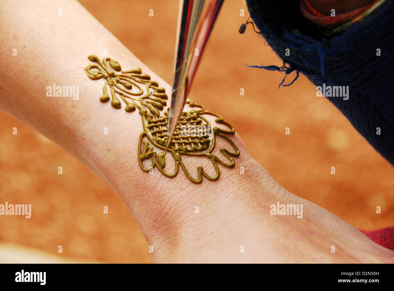 Drawing henna on hand, New Delhi, India, Asia - Stock Image