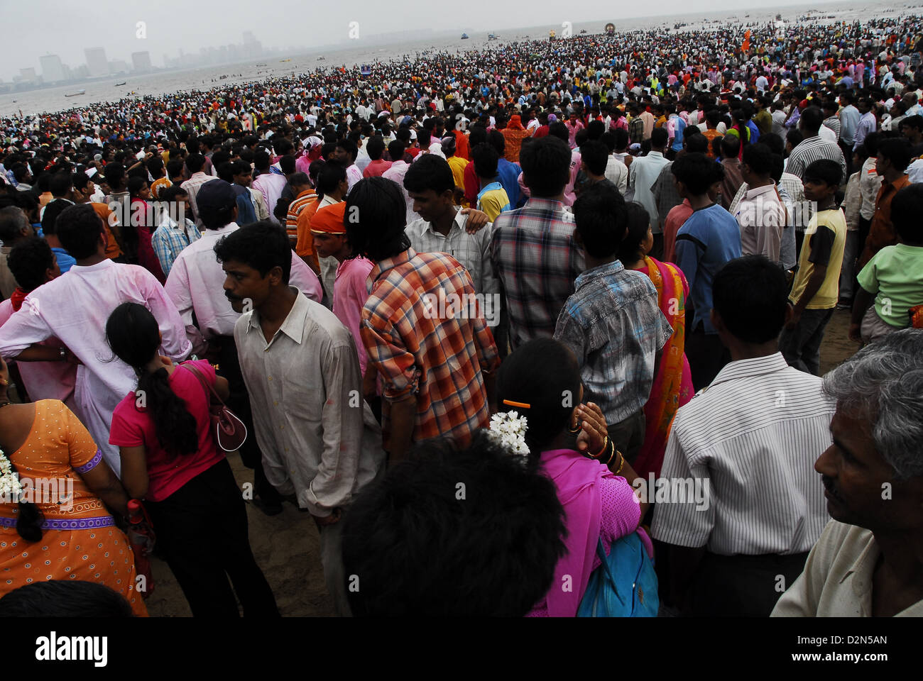 People come together in large numbers for Ganesh immersion, Mumbai, Maharashtra, India, Asia - Stock Image