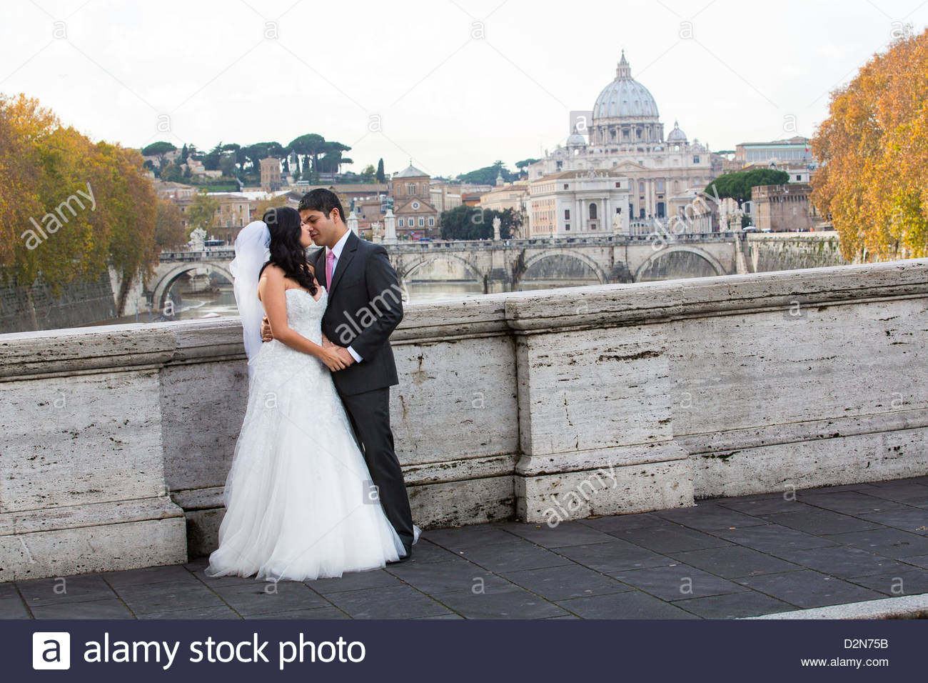 Newlyweds on Ponte Sisto bridge - Stock Image