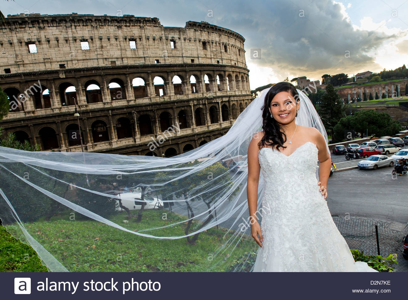 Bride in front of the roman Colosseum - Stock Image