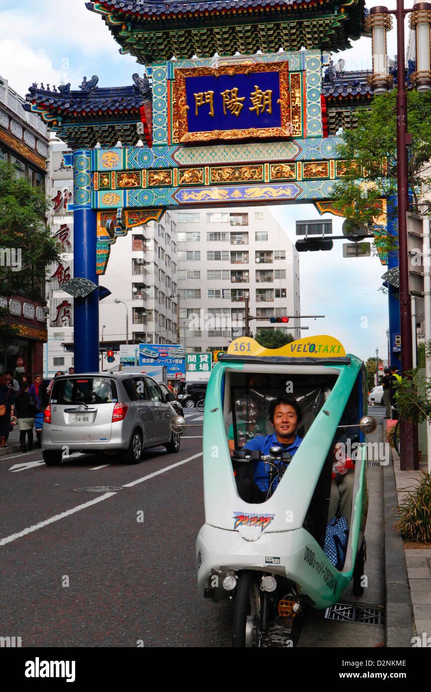 Taxi under Goodwill Gate, Chinatown, Yokohama - Stock Image