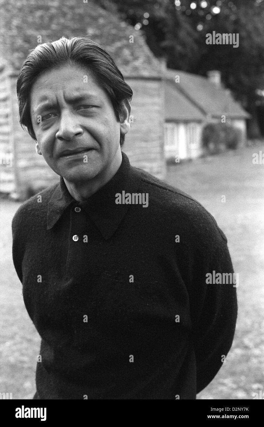 VS v s Naipaul outside his Oxfordshire cottage home in 1971. 1970s England.   HOMER SYKES - Stock Image