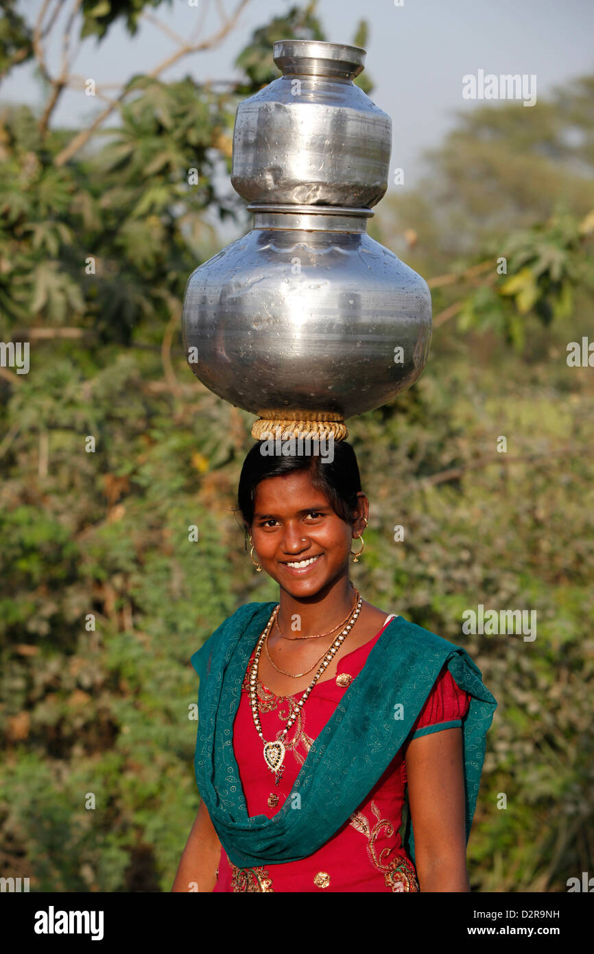 Young woman fetching water, Mathura, Uttar Pradesh, India, Asia - Stock Image