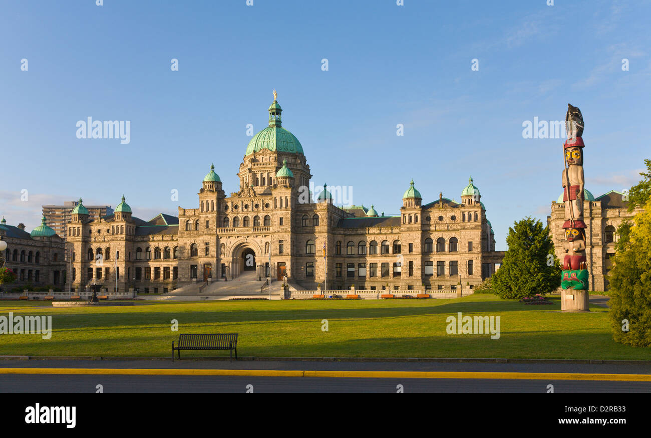 Legislative Building of BC and Totem Pole Victoria Vancouver Island Canada - Stock Image