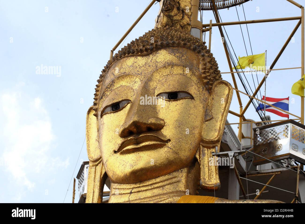 32 metre high gold buddha at Wat Intharawihan, Bangkok, Thailand - Stock Image