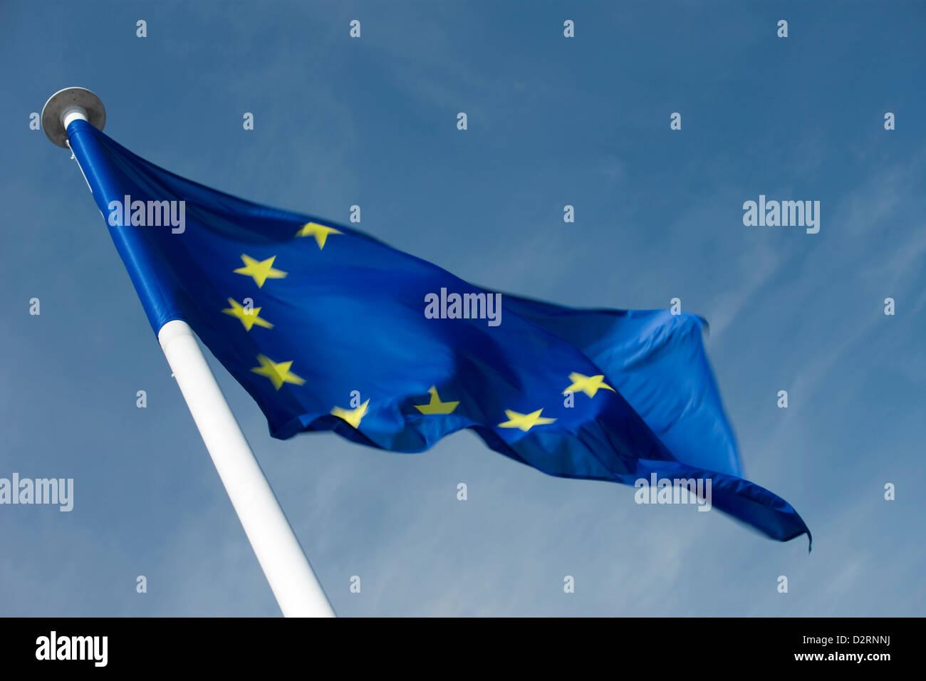 EUROPEAN UNION COUNCIL OF EUROPE EU FLAG ON FLAGPOLE - Stock Image