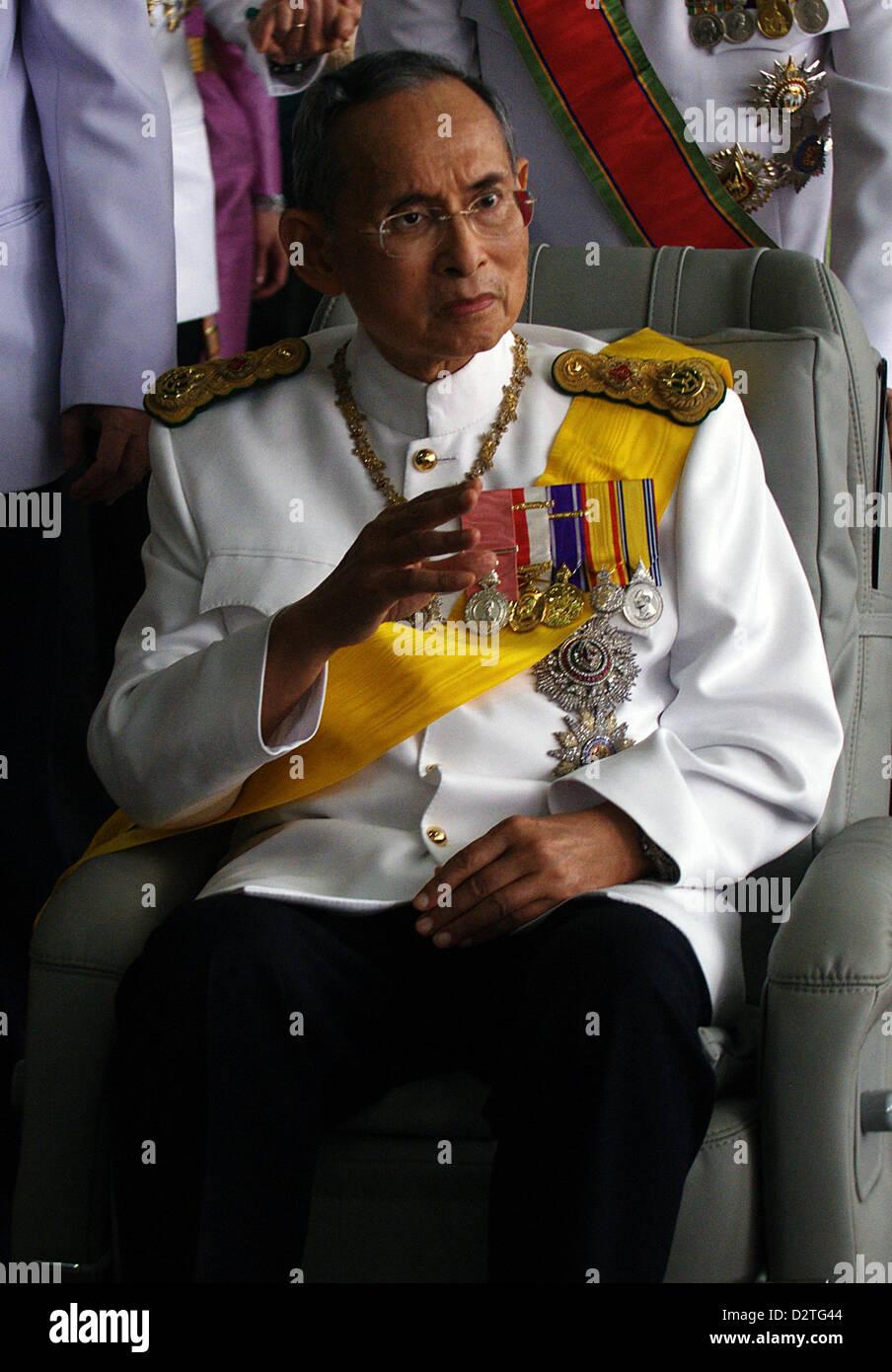 Thailand's monarch Bhumibol Adulyadej leaves Siriraj Hospital on December 5, 2009, before going to the Royal - Stock Image